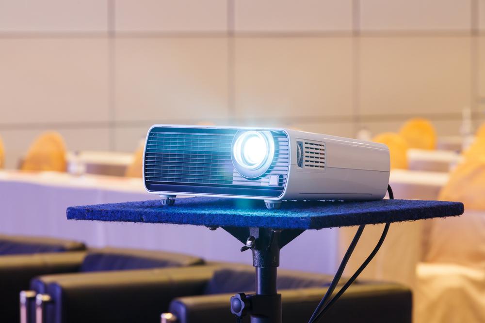 projetor ou televisão na sala