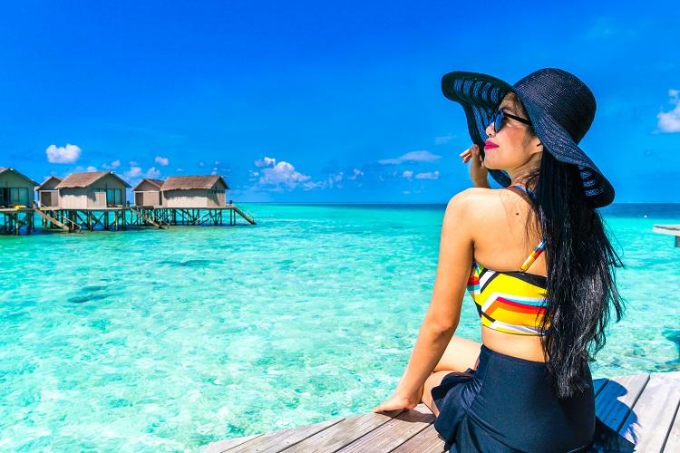 Mulher de chapéu na praia