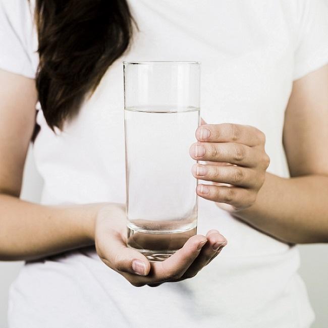 Mulher segurando o copo
