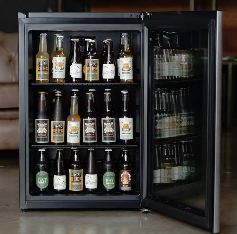 Cervejeira aberta com garrafas