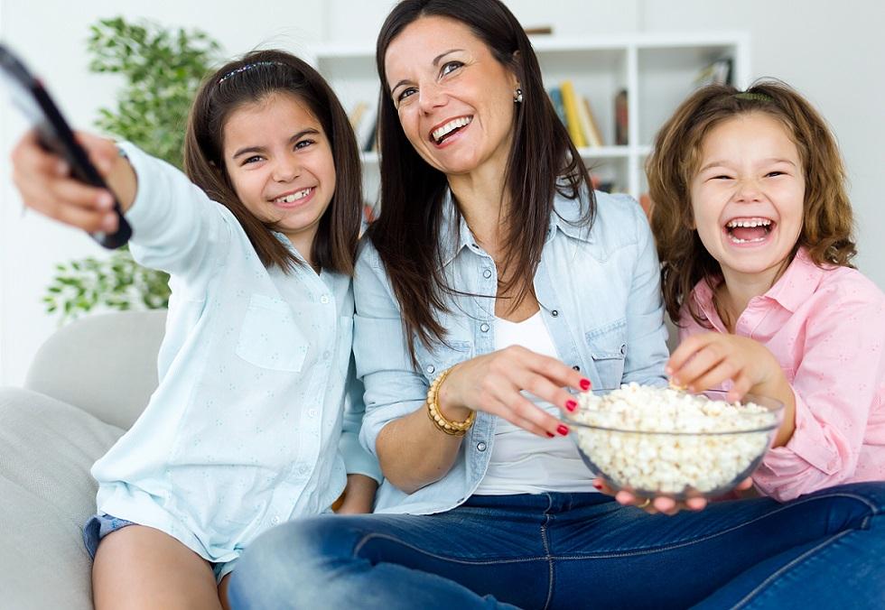 Mãe e filhas assistindo tv