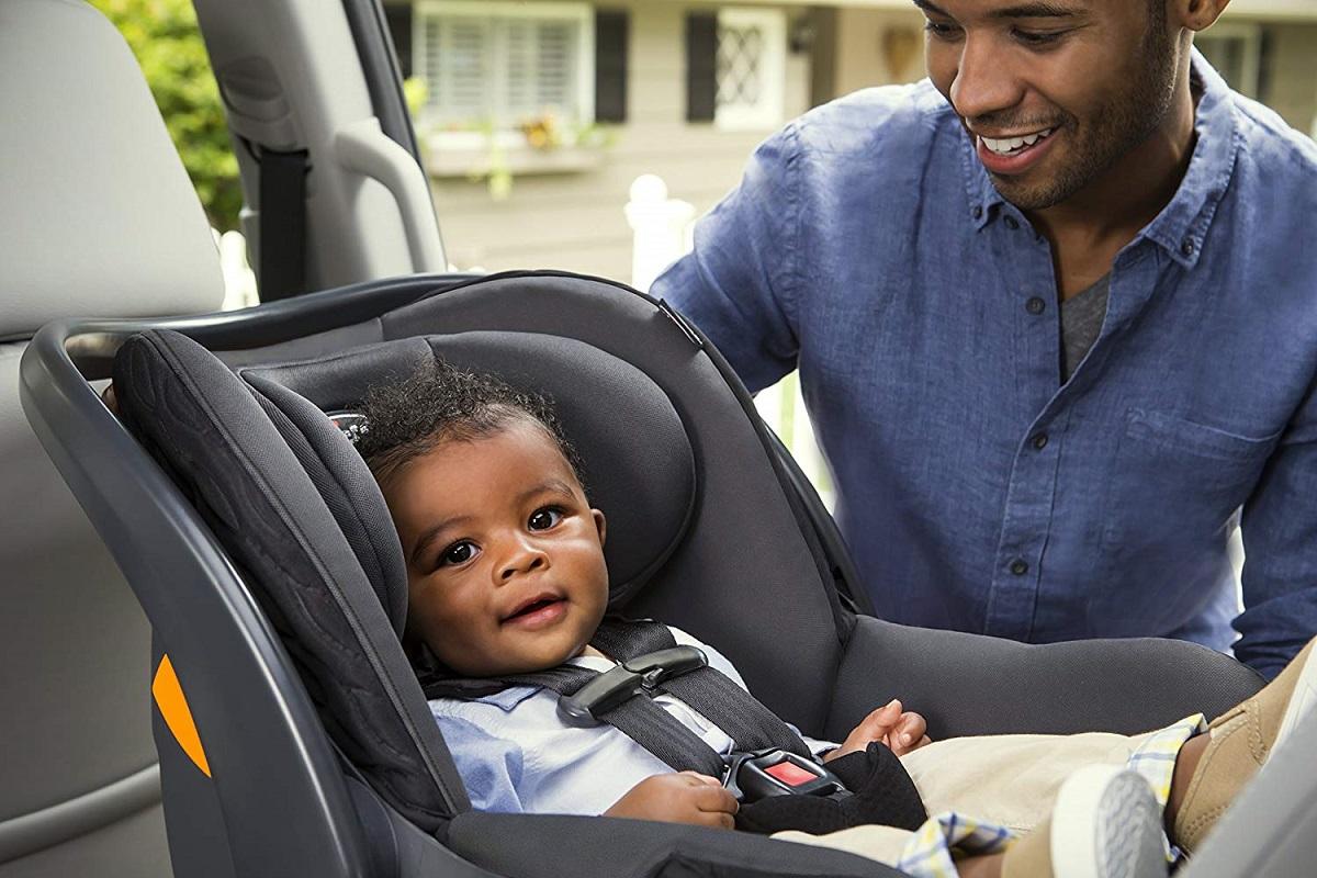 Bebê no carro usando bebê conforto